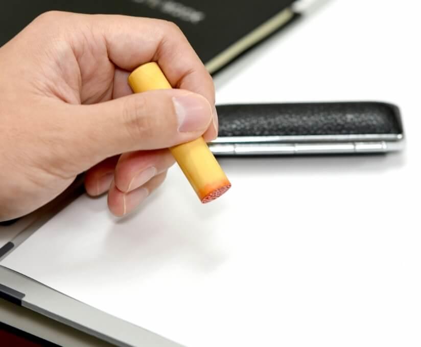 書類に印鑑を押す